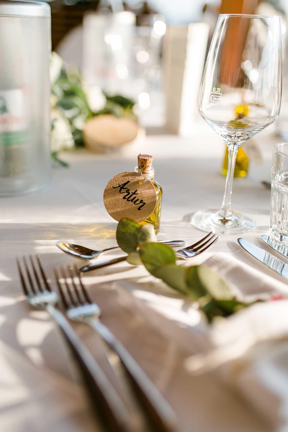 Olivenöl als Gastgeschenk und Namenskärtchen