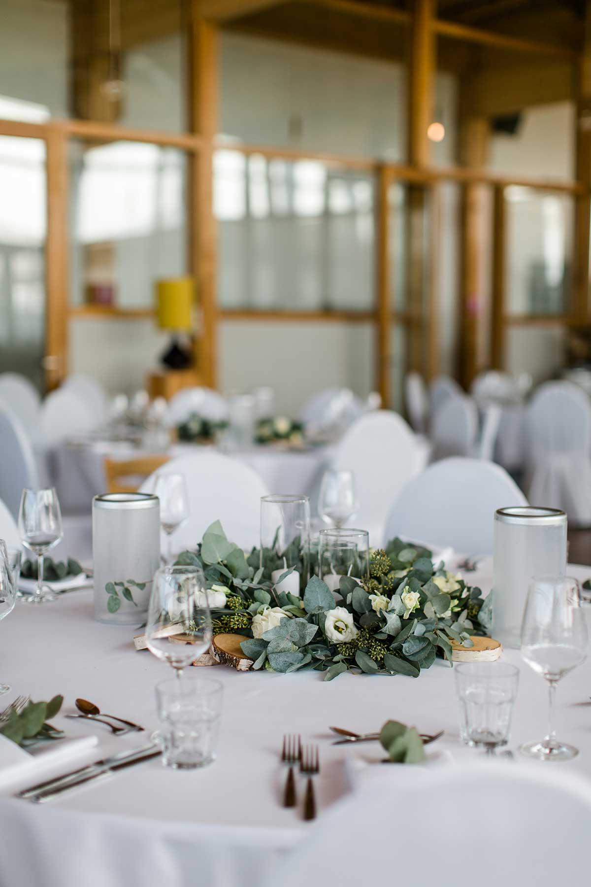 Tischdeko bei der Greenery Chic Hochzeit