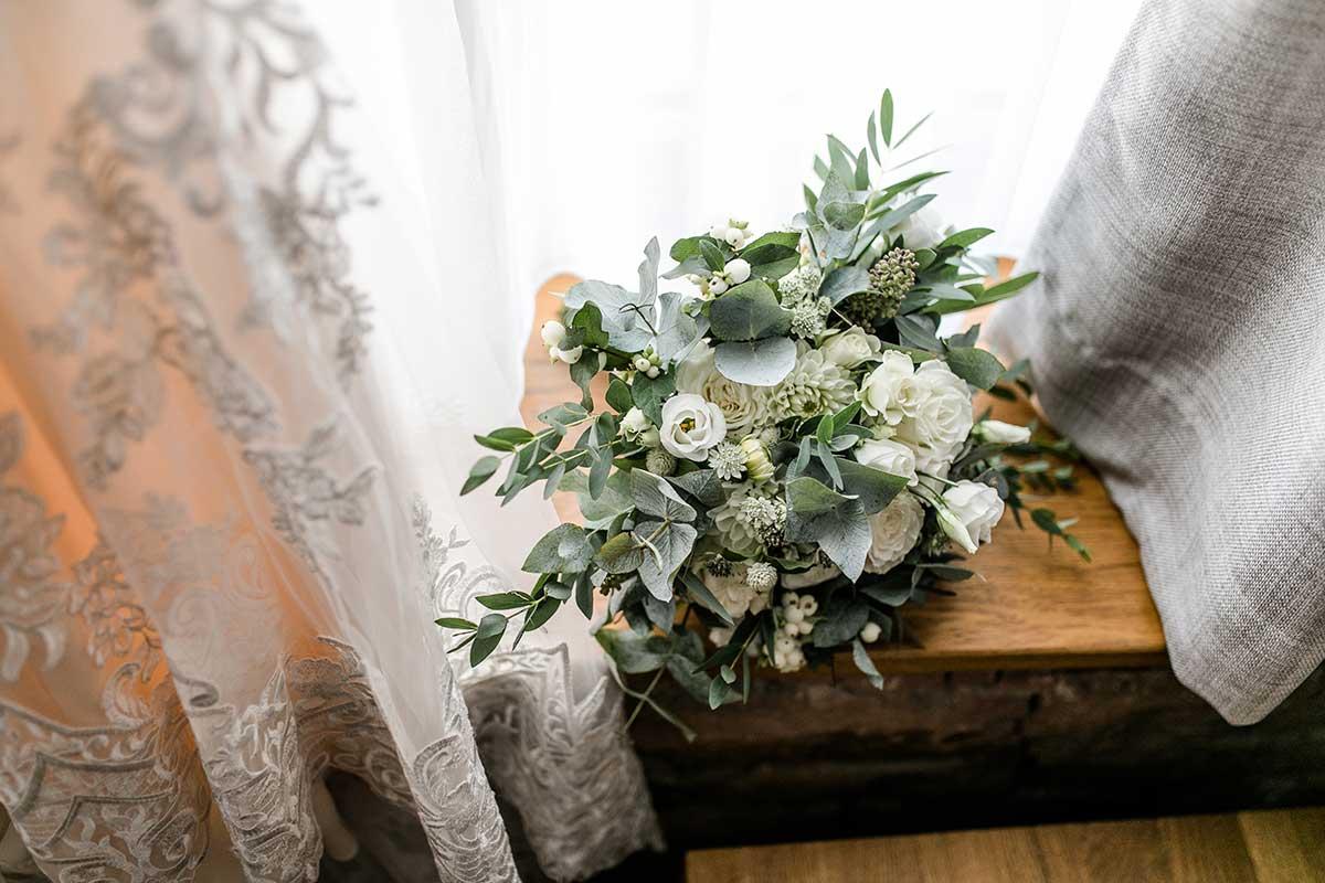 Brautstrauß bei der Greenery Chic Hochzeit