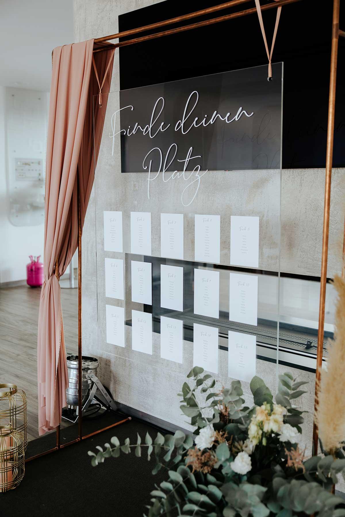 Sitzplan aus Acryl bei der Hochzeit