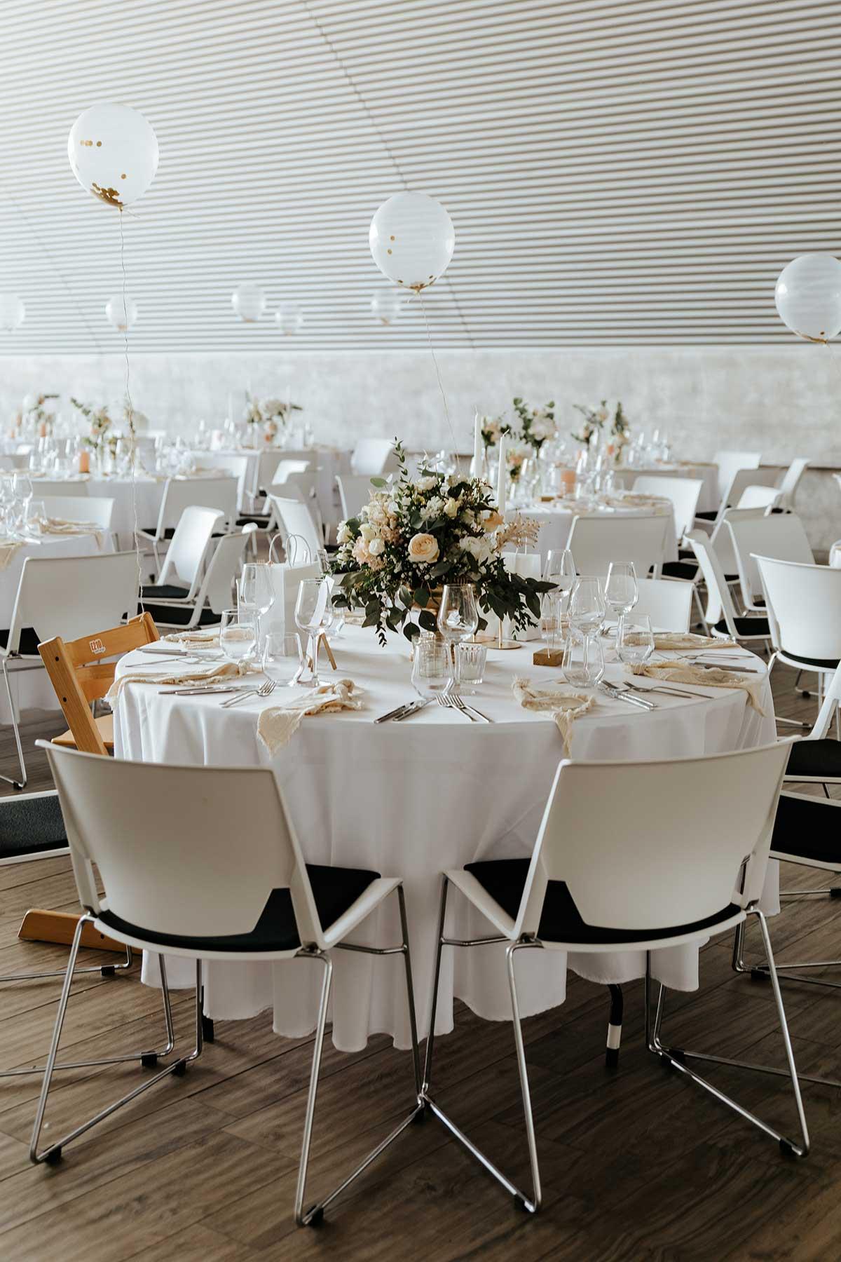 Tischdeko in der Hochzeitslocation Event Hangar E210 in Baden Baden