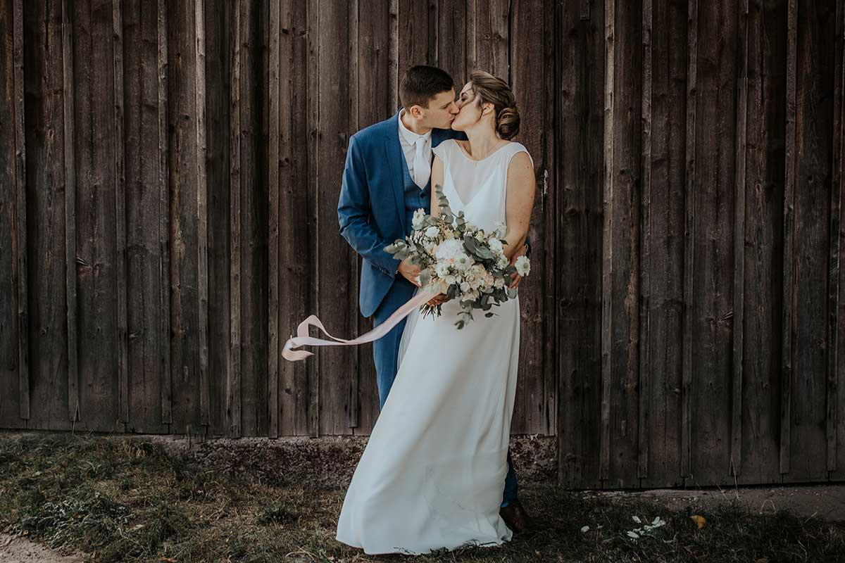 Braut und Bräutigam beim Fotoshooting