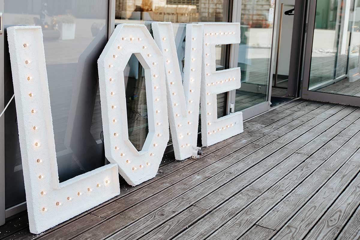 Große LOVE Buchstaben