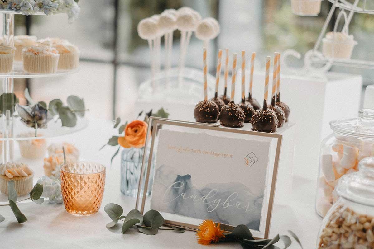 Sweet Table Schild mit verschiedenen Cakepops