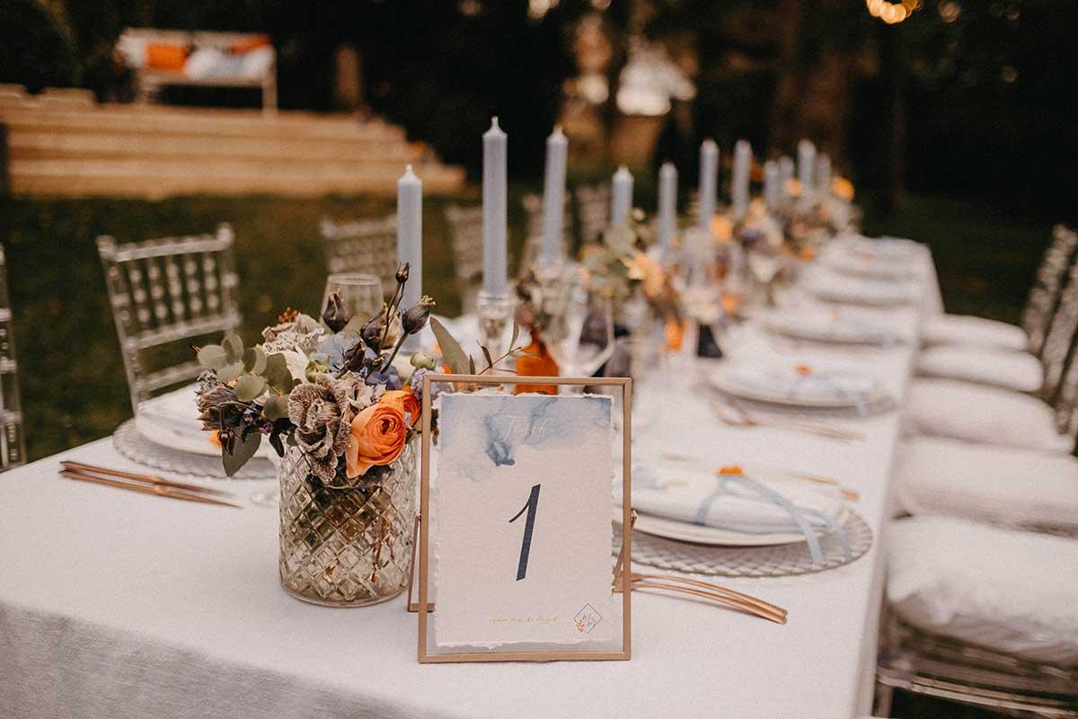 Tischnummer in goldenen Bilderrahmen auf der gedeckten Tafel