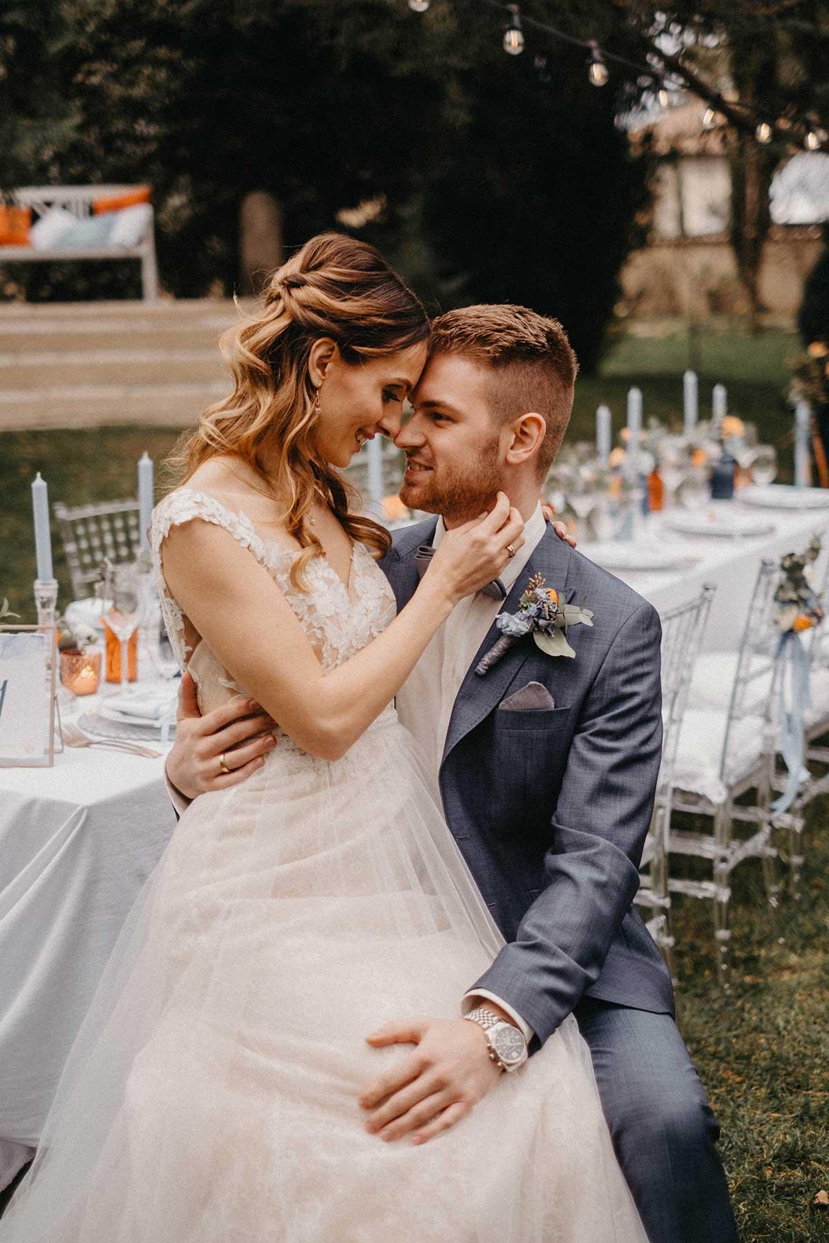 Brautpaar sitz am Brautpaartisch