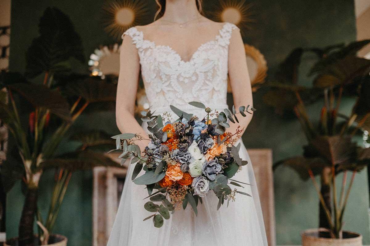 Brautstrauß mit Eukalyptus in den Farben Taubenblau und Orange