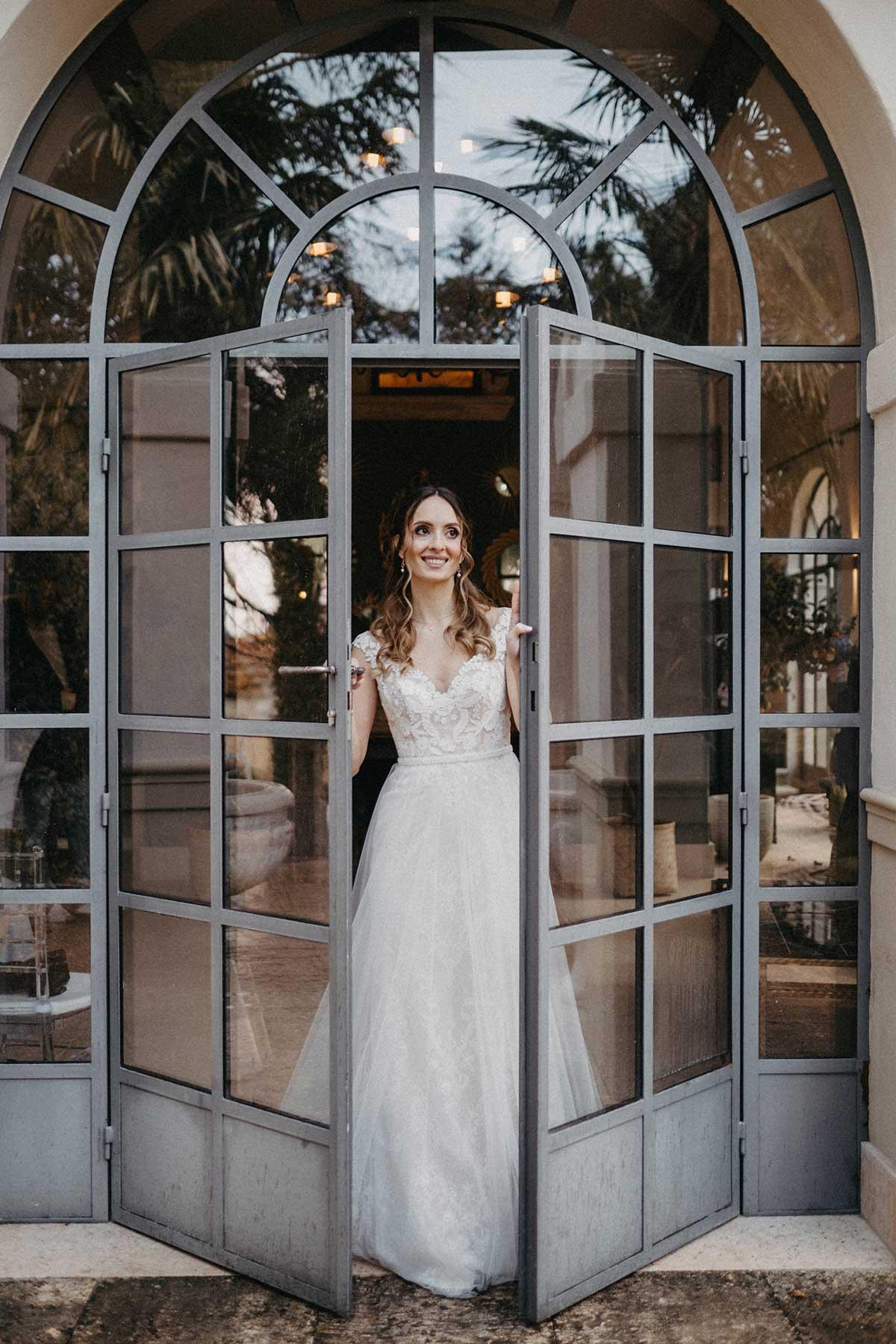 Braut geht aus gläserner Doppeltür