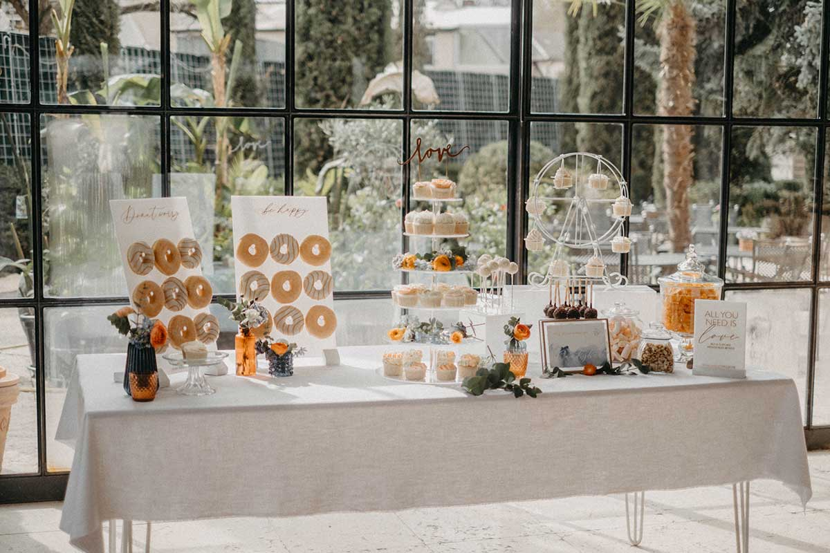Sweet Table mit Donut Wall und Cupcakes