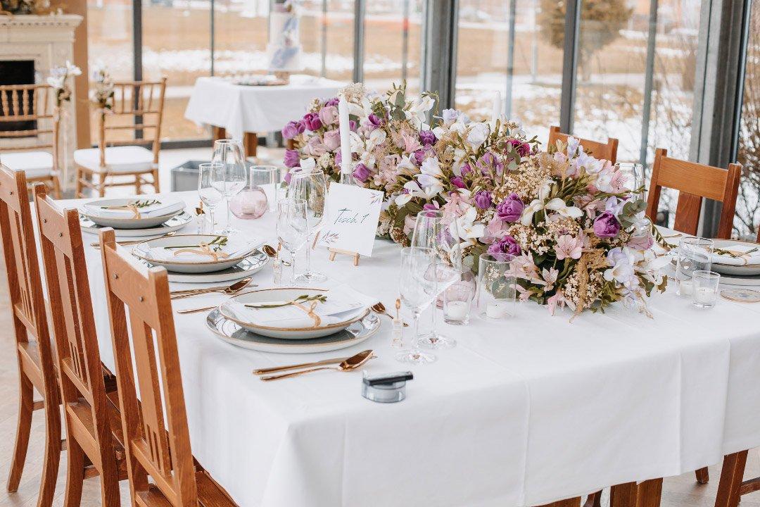 Üppige Blumendekoration auf dem Tisch