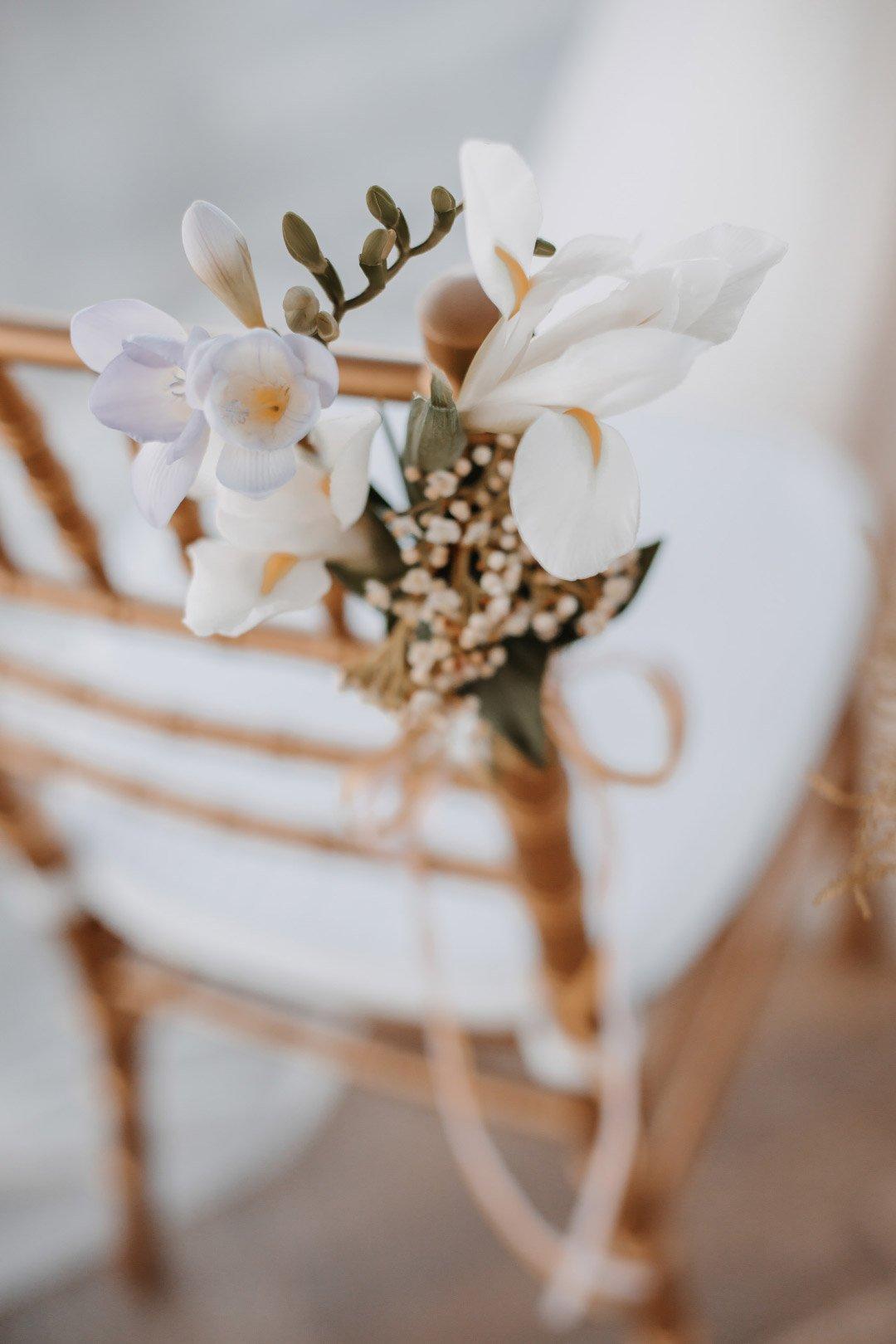 Freesiendekoration am Hochzeitsstuhl
