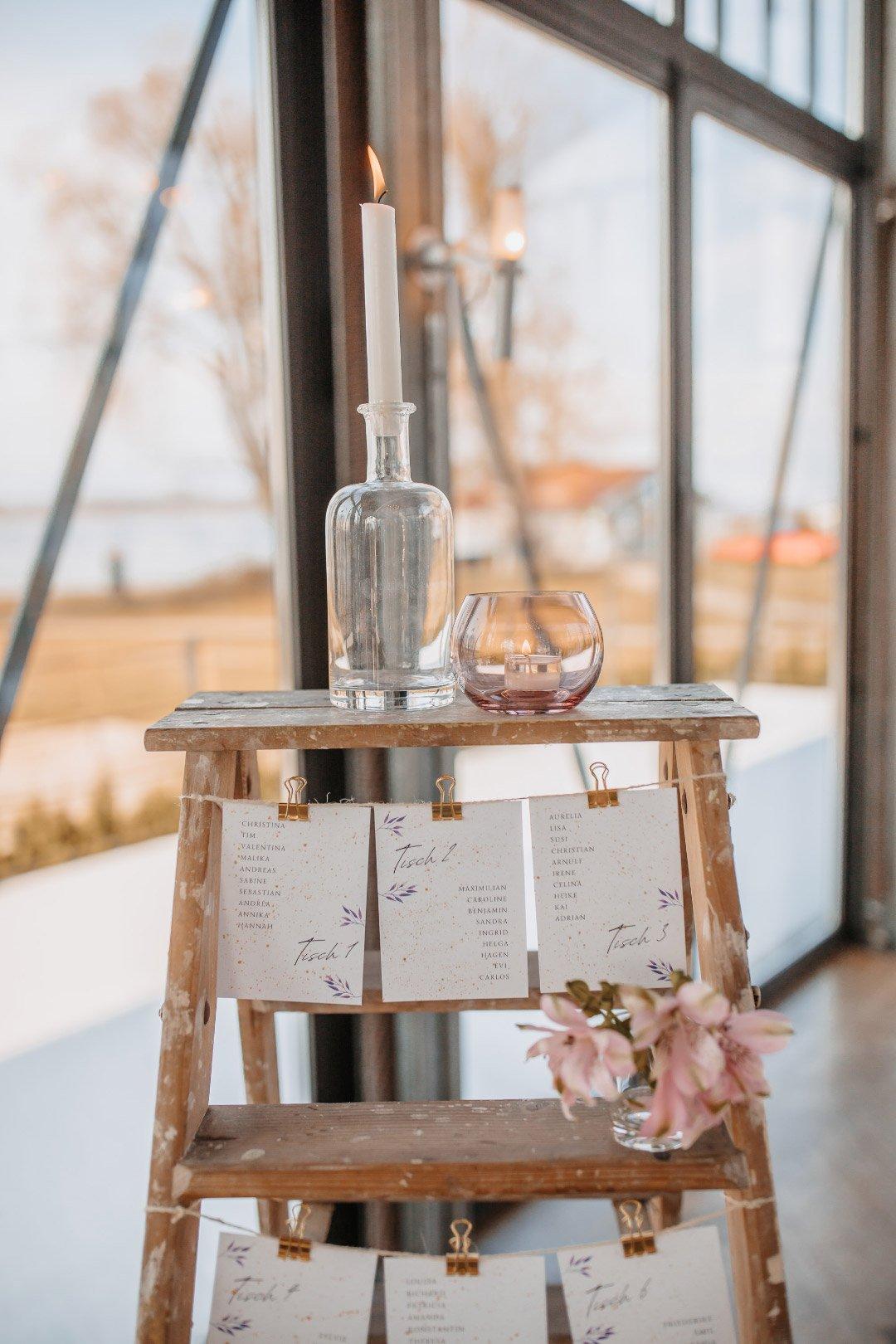 Tischplan an einer alten Leiter