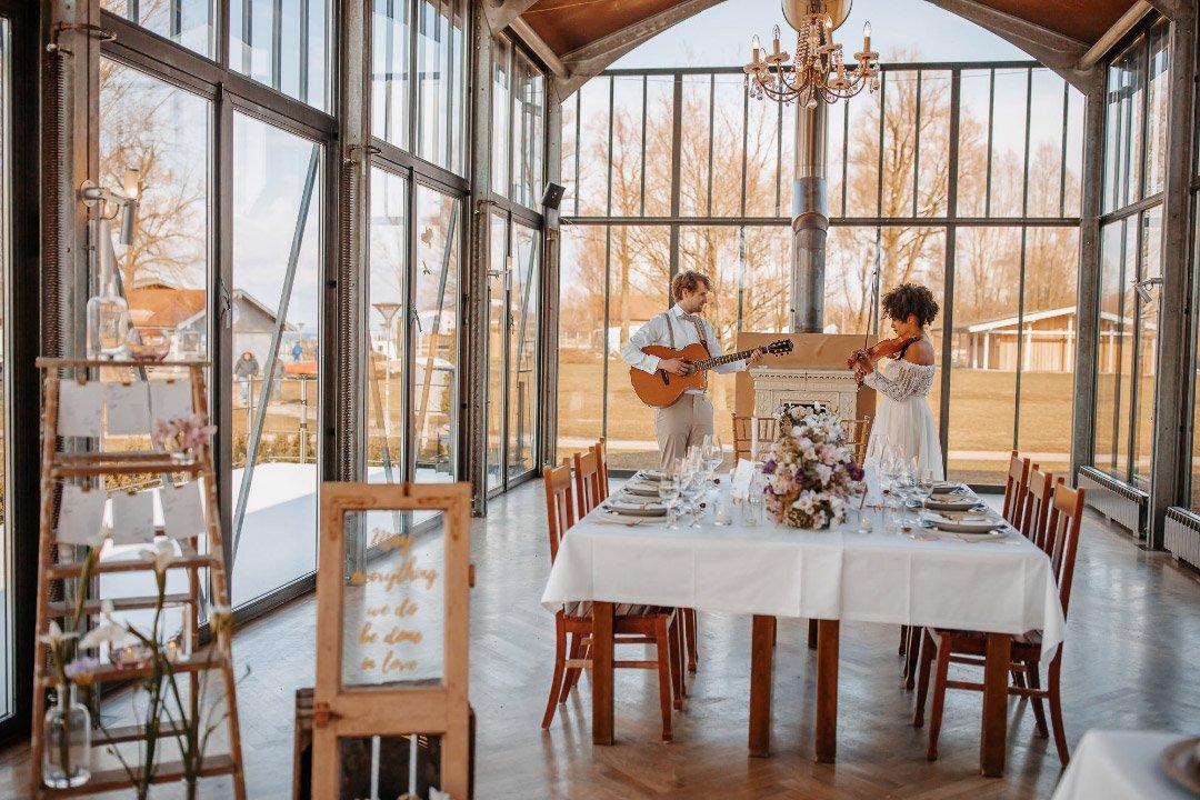 Brautpaar mit Gitarre und Violine
