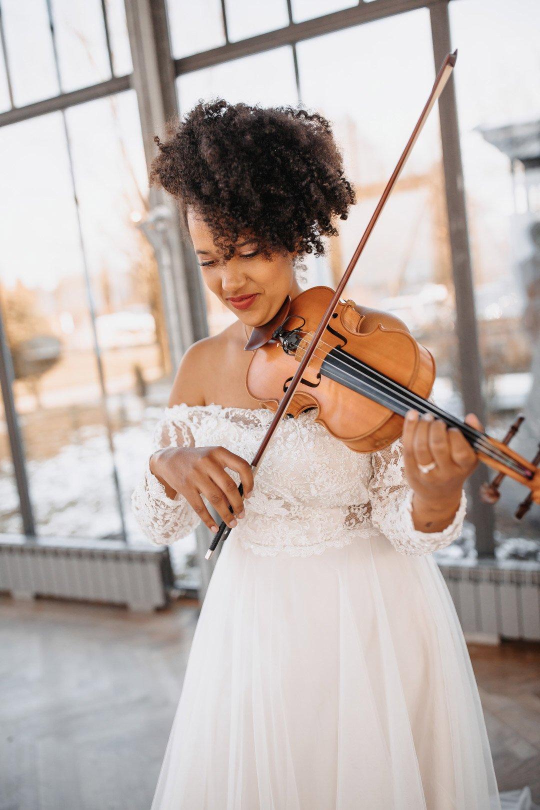 Braut spielt Violine