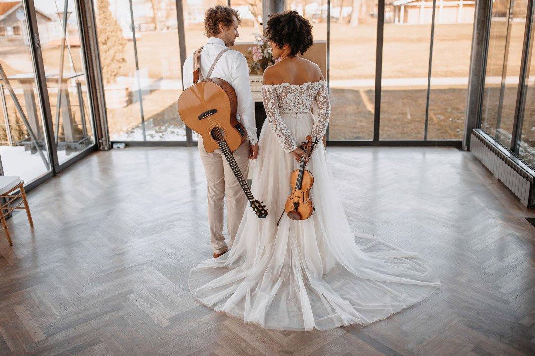 Brautpaarbild mit Musikinstrumenten