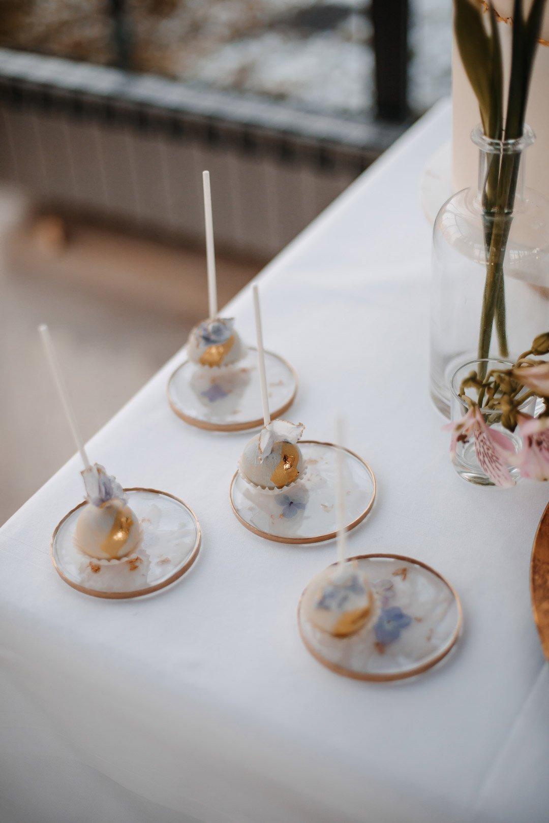 Stehende Cakepops mit Goldverzierung