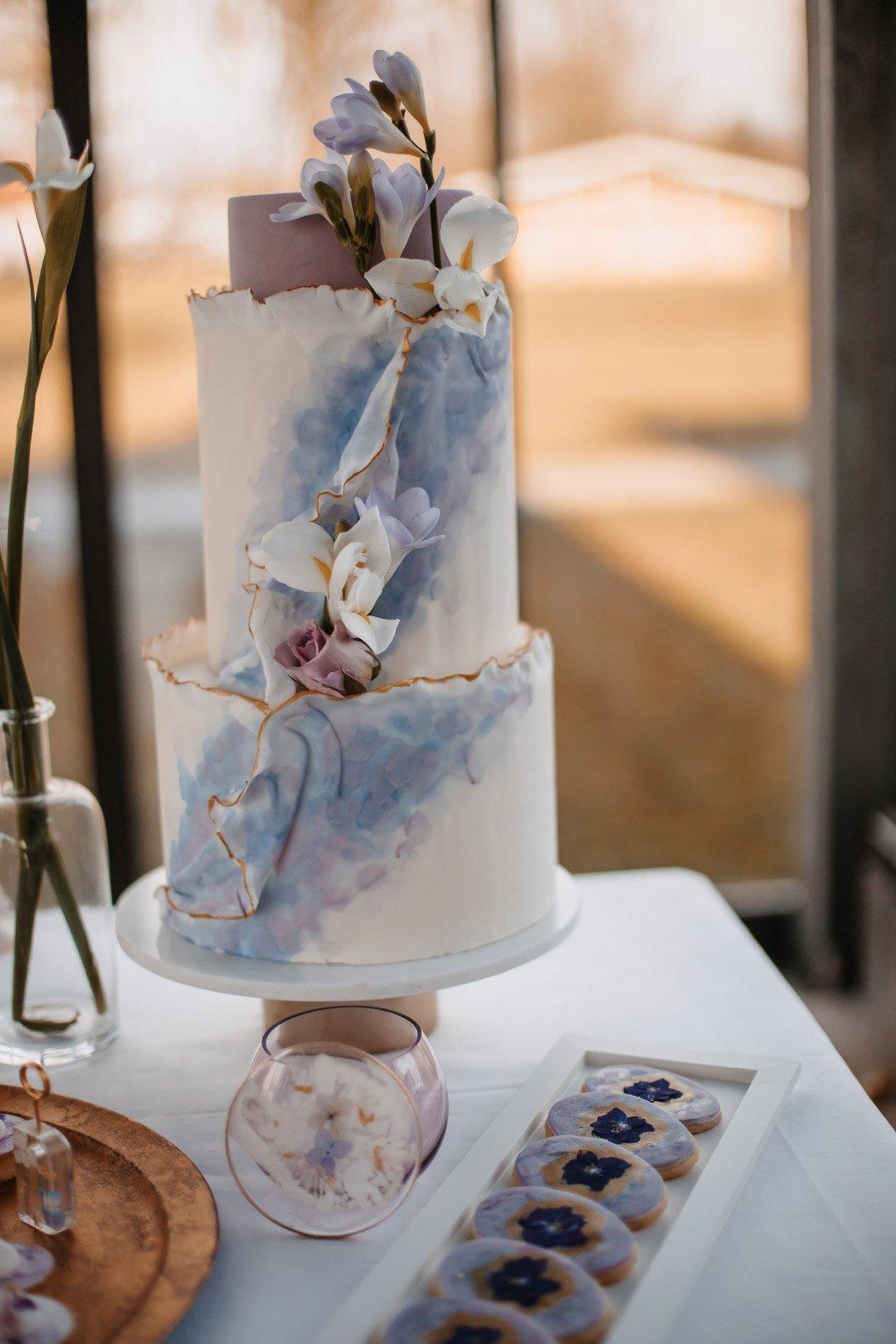Dreistöckige Hochzeitstorte mit Violetten Farbtönen und Goldverzierung