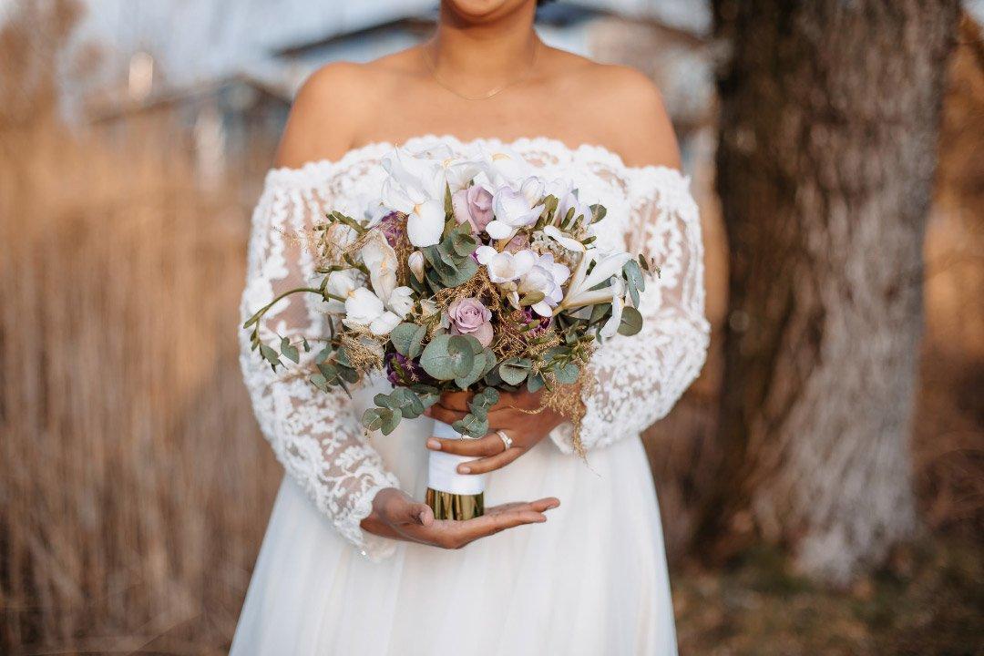 Brautstrauß mit Freesien, Rosen und Eukalyptus in Violet und Weiß