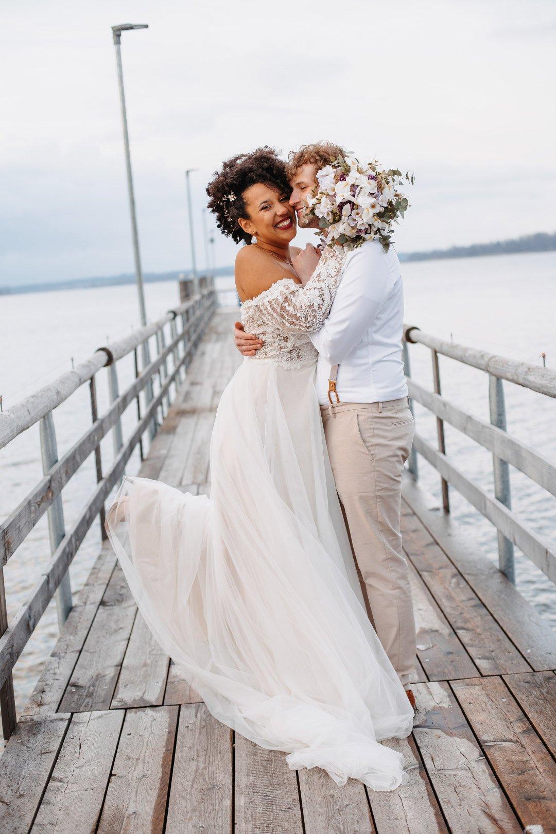 Lachendes Brautpaar auf dem Steg