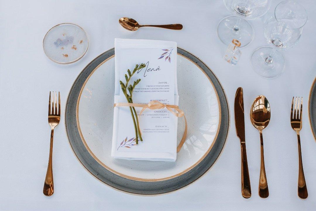 Gedeckter Hochzeitstisch mit Menükarte
