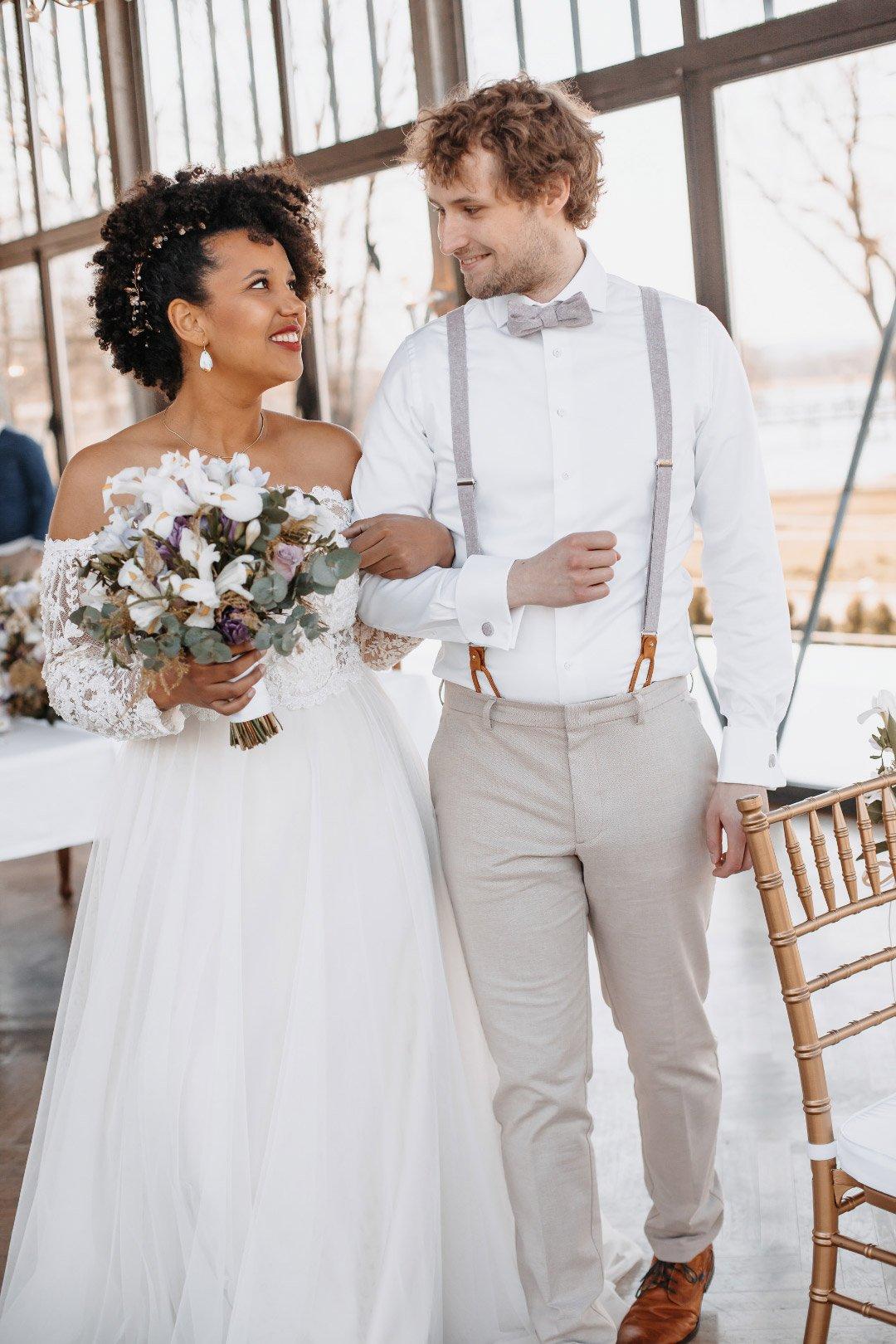 Brautpaar Arm in Arm mit Brautstrauß