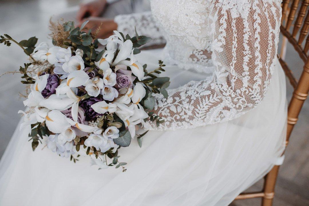 Weißer und Violetfarbener Brautstrauß