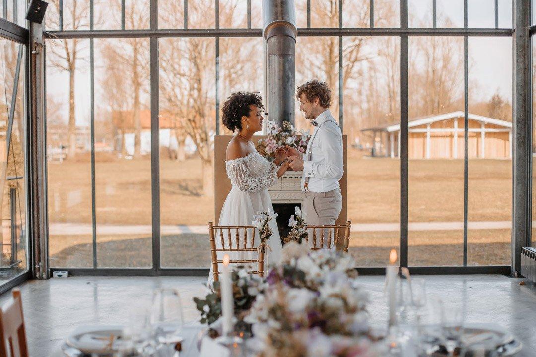 Brautpaar stehend am Hochzeitstisch