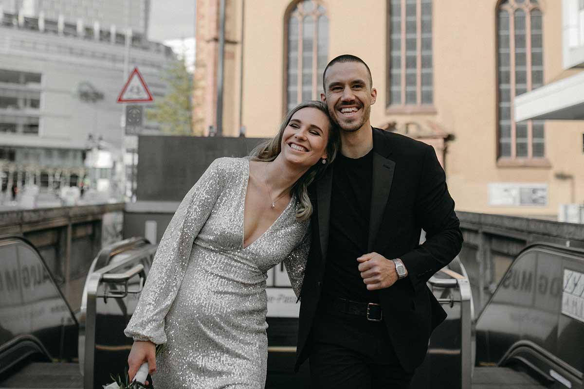 Braut und Bräutigam nach der Trauung im Standesamt