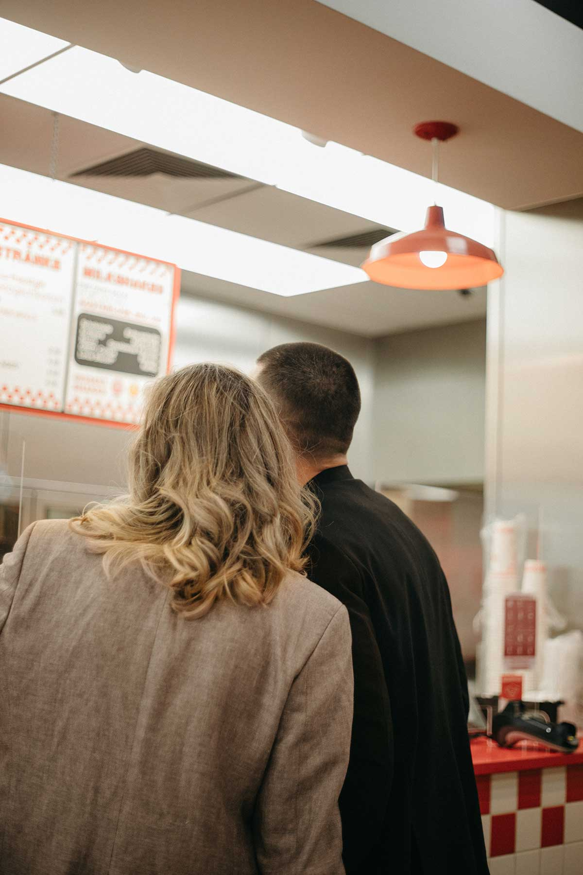 Brautpaar im Fast Food Restaurant
