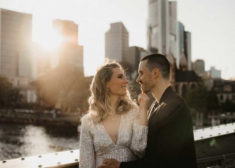 Braut und Bräutigam mit der Frankfurt Skyline