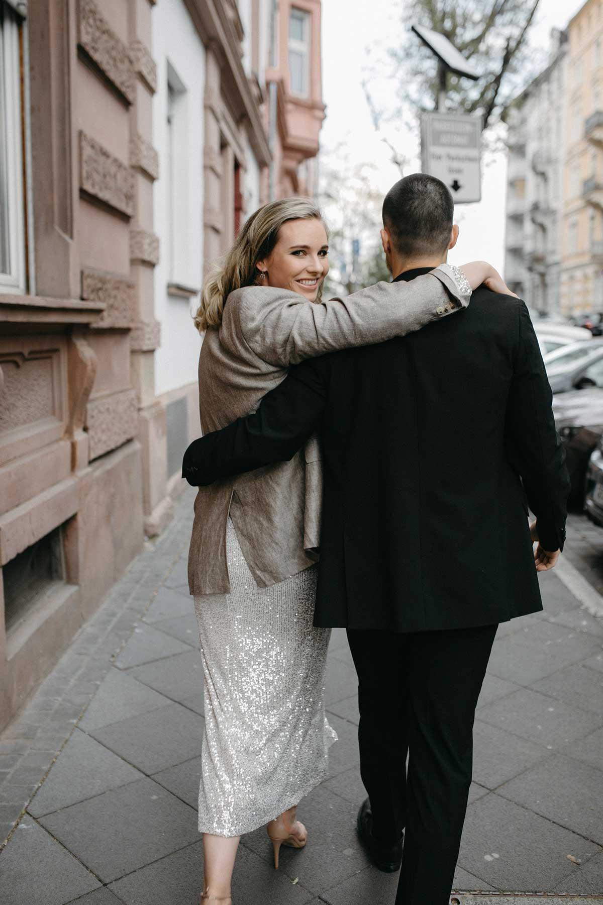 Braut und Bräutigam auf dem Weg zum Standesamt