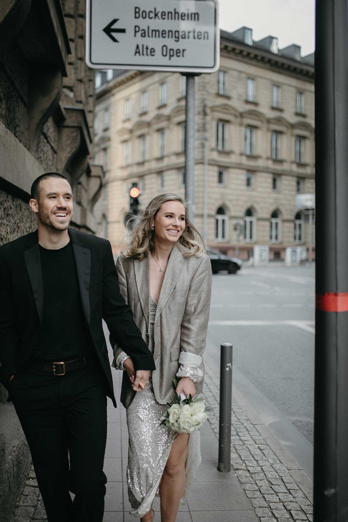 Fotoshooting mit Braut und Bräutigam in den Straßen von Frankfurt