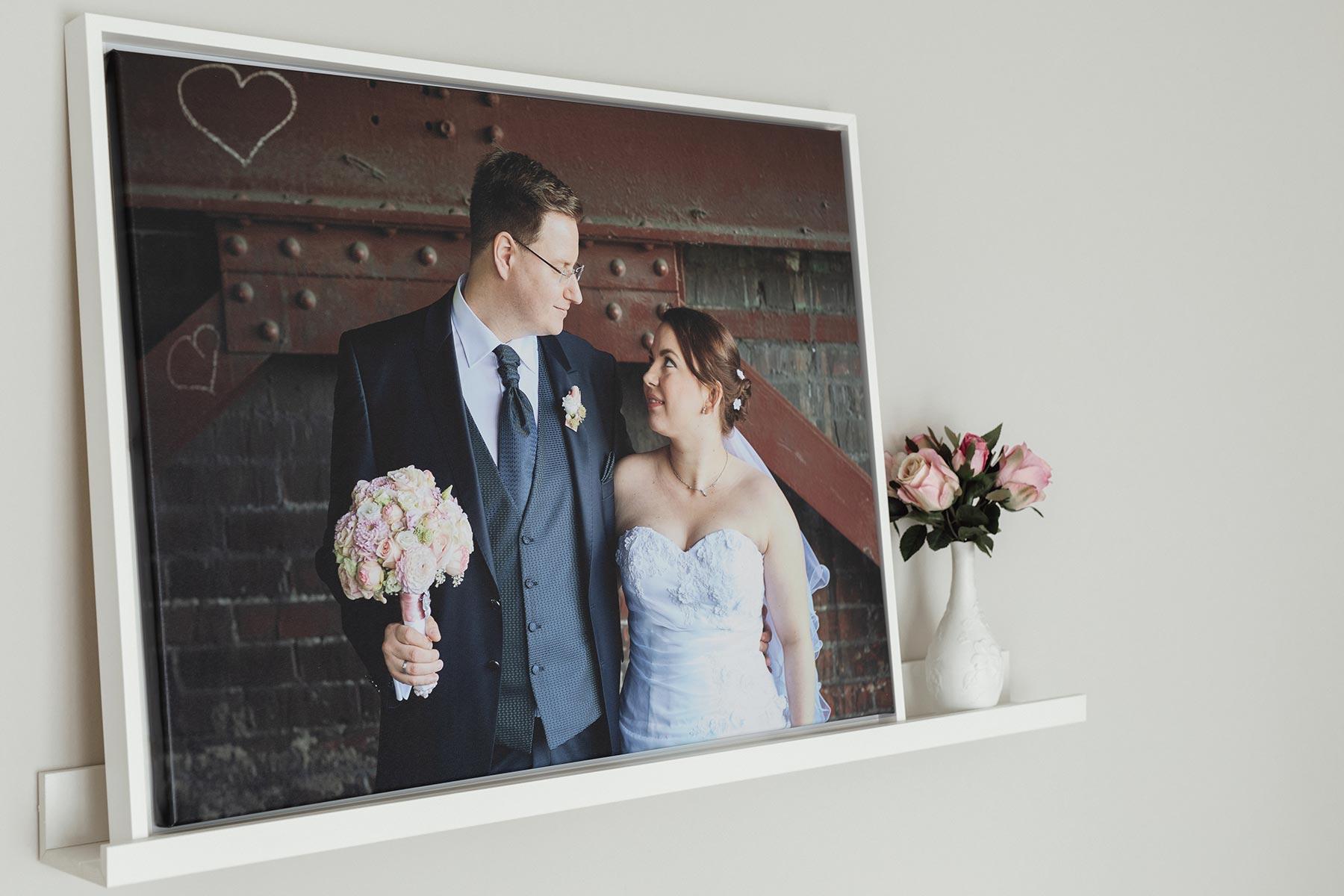 Hochzeitsfoto auf Leinwand im Schattenfugenrahmen
