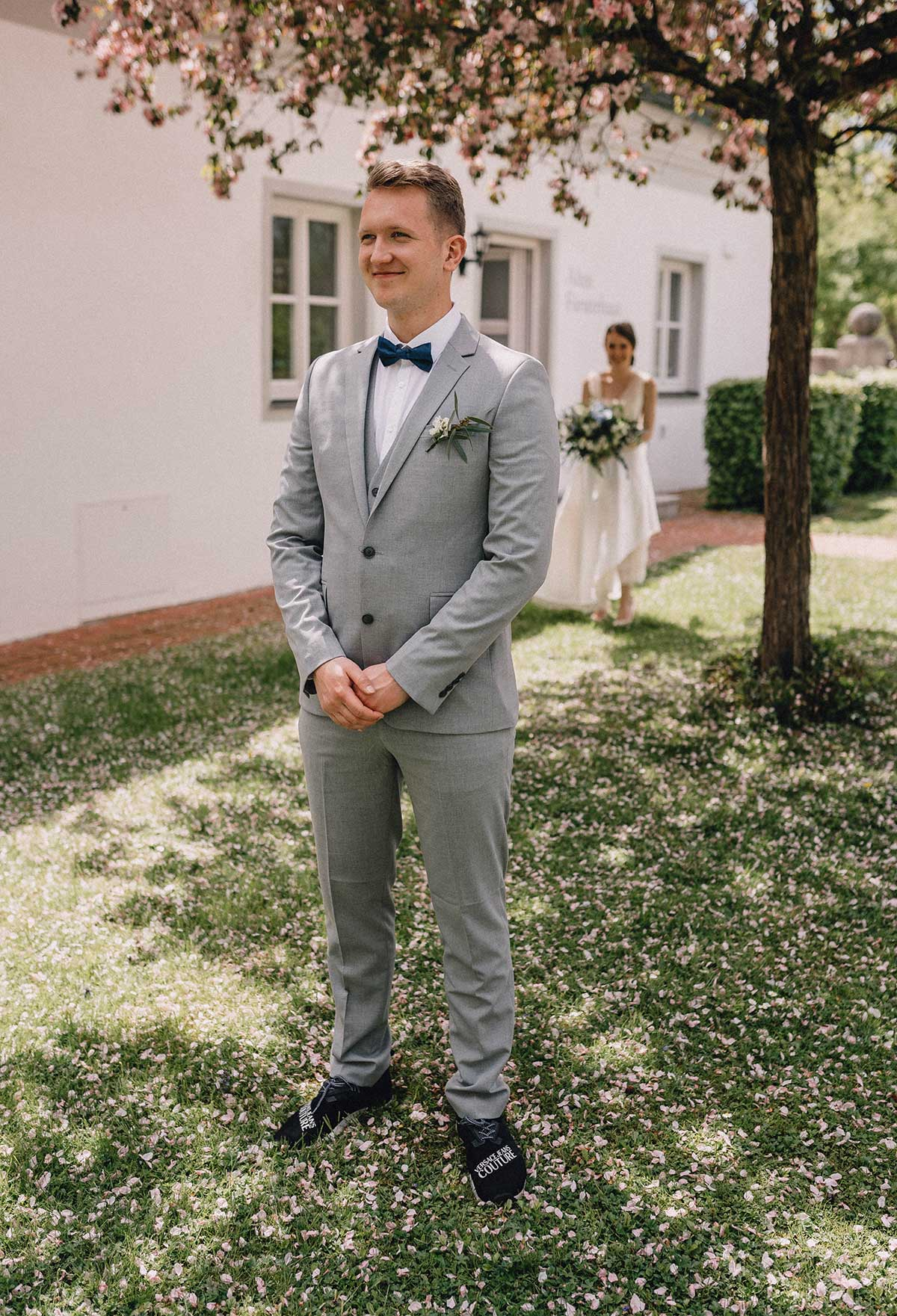 Bräutigam warte im Schlossgarten auf seine Braut