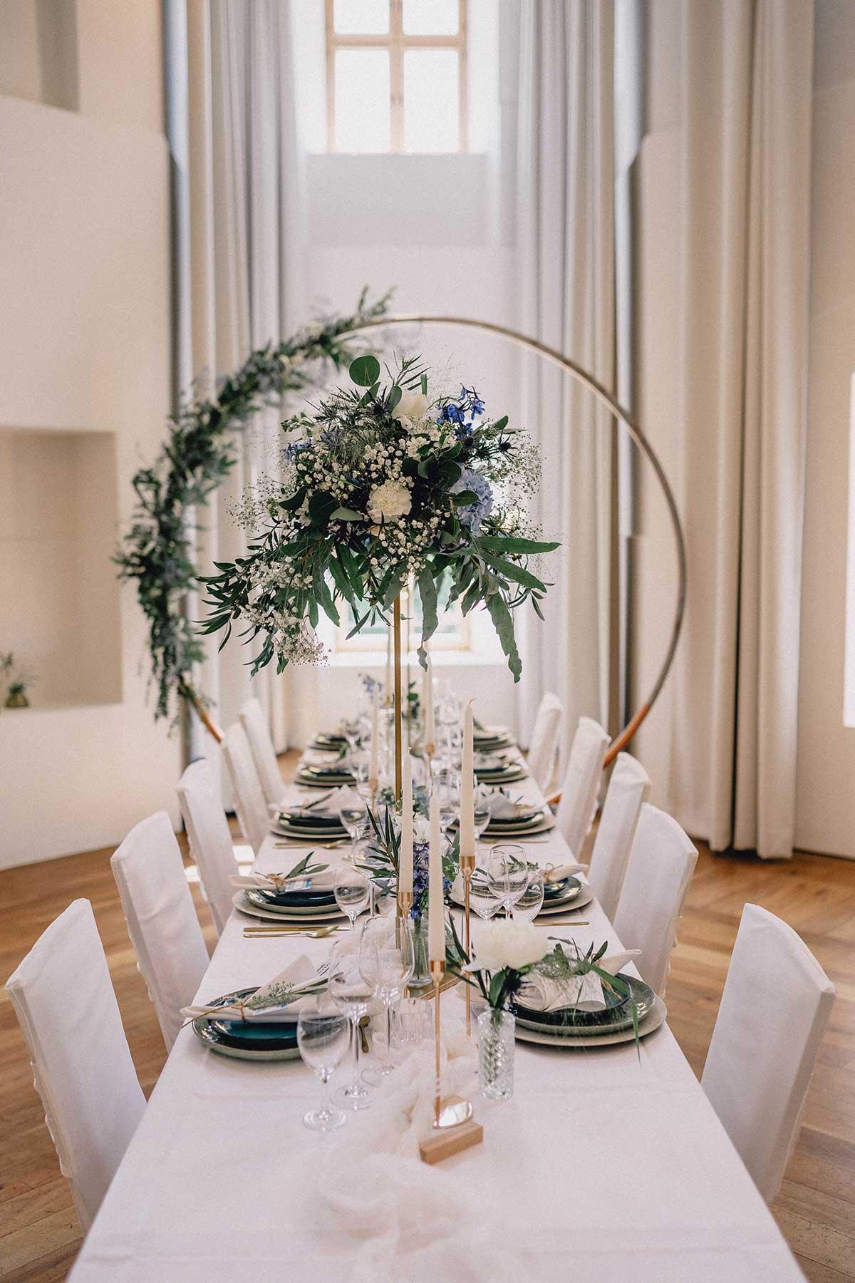Tischdekoration einer langen Tafel in Blau