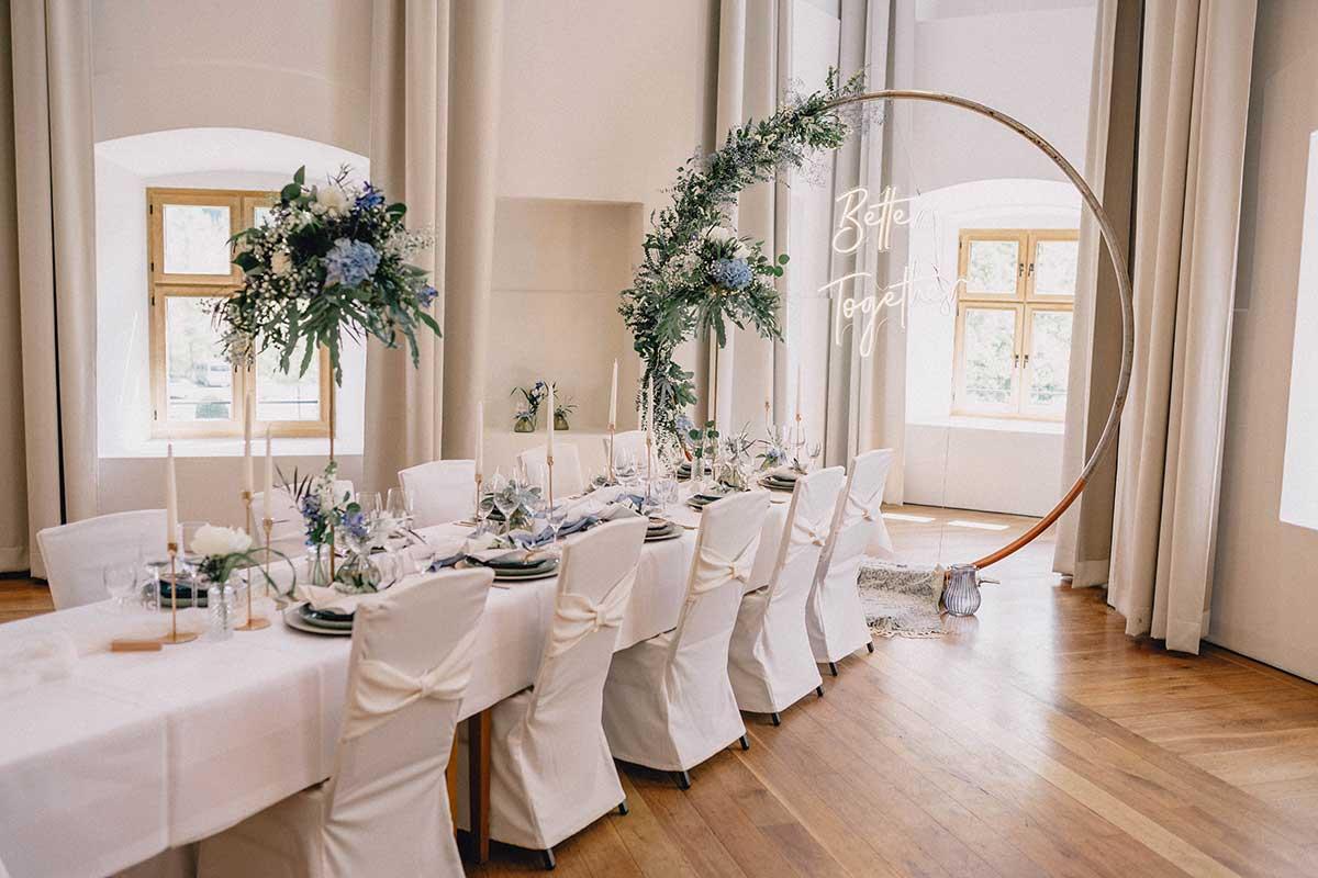Eingedeckter Tisch bei der Hochzeit im Schloss Hohenkammer