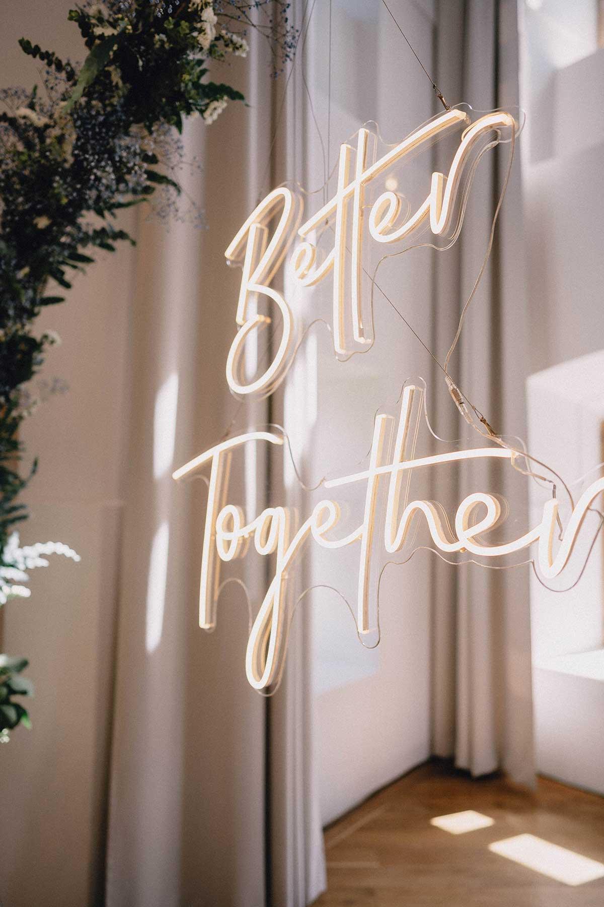 Neon Letters mit dem Schriftzug Better Together bei der Hochzeit
