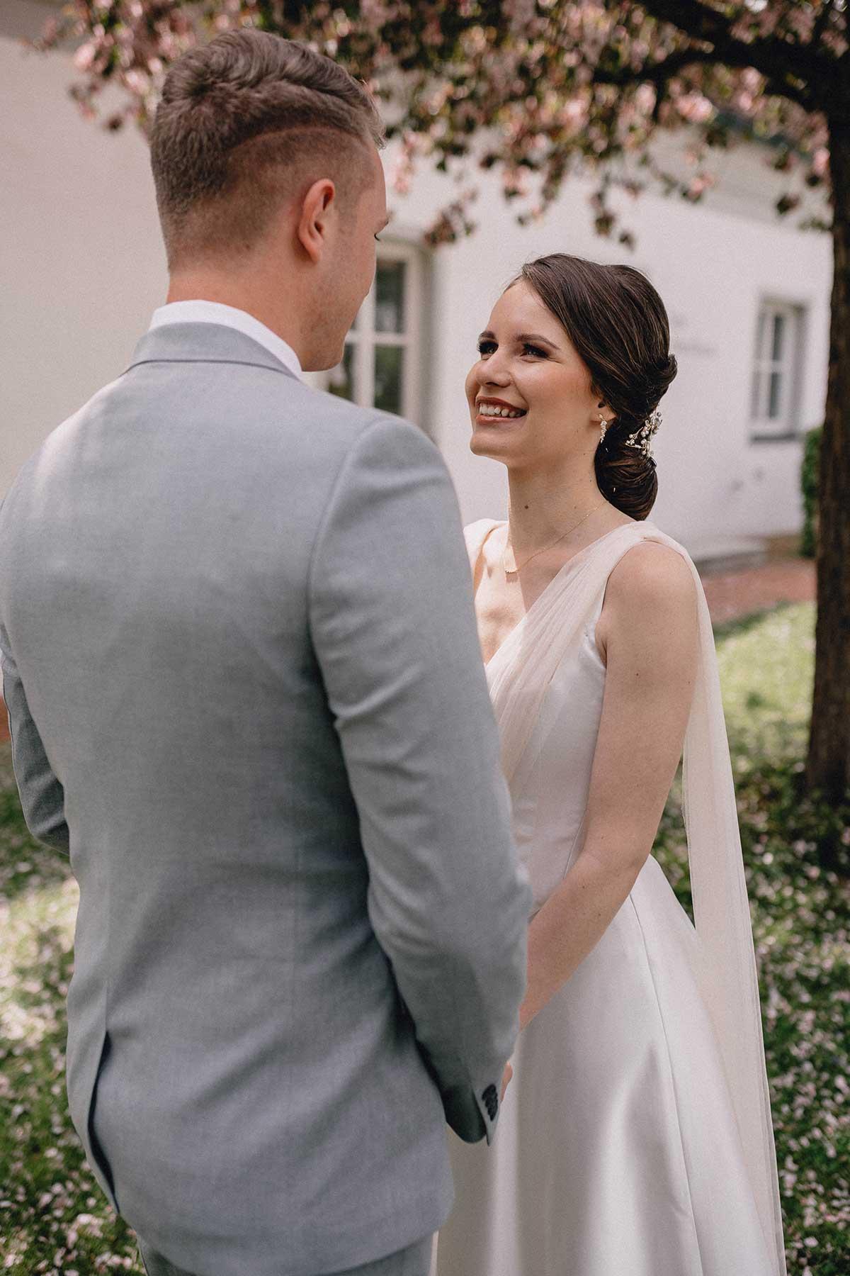 First Look Moment zwischen Bräutigam und Braut auf Villa Hof Langenborn
