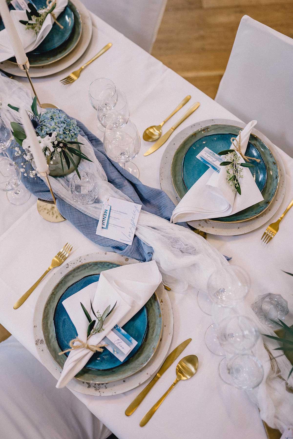 In blau eingedeckter Tisch bei der Hochzeit