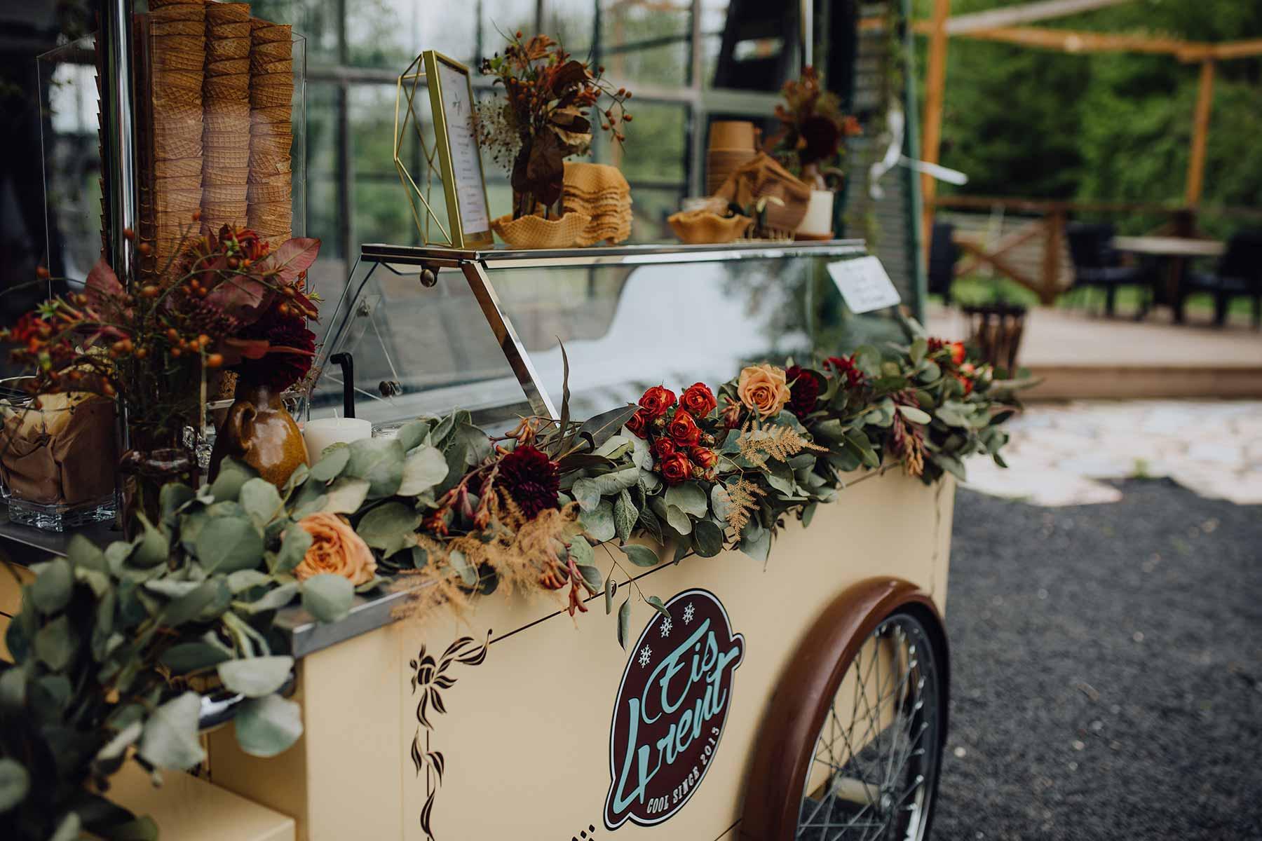 Blumendeko für den Eiswagen bei der Hochzeit