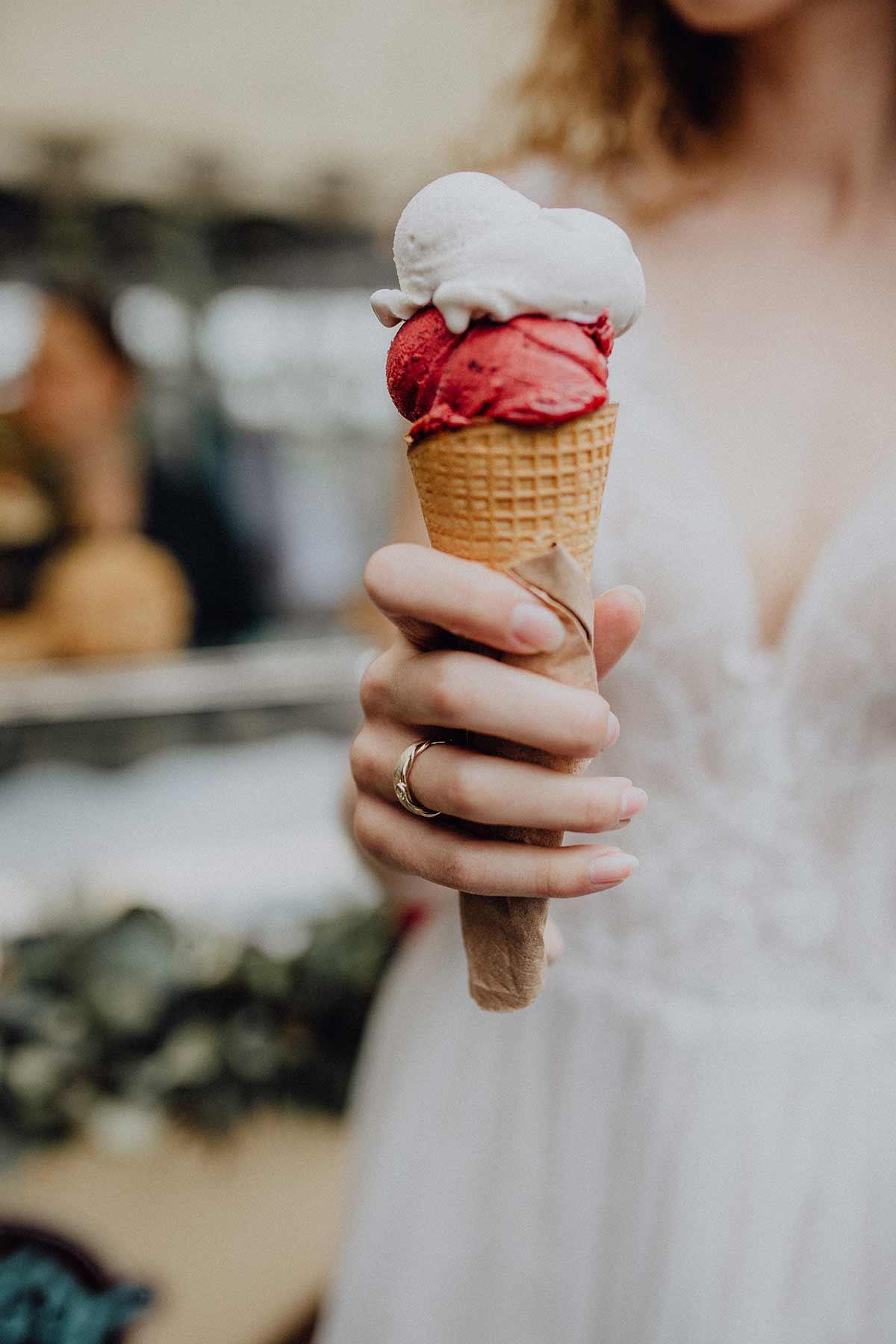 Braut hält Eis bei der Hochzeit