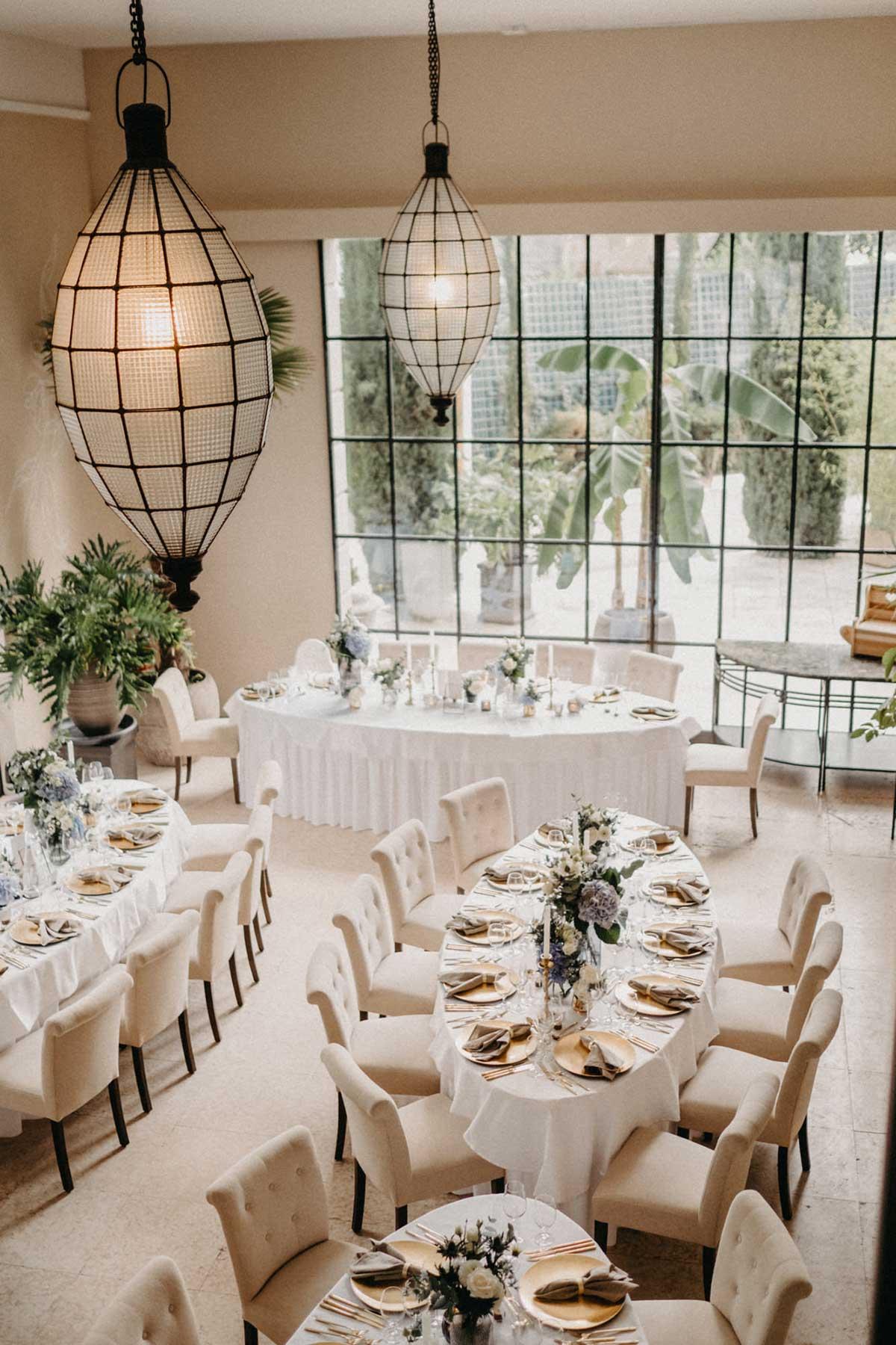 Gedeckte Tische bei der Hochzeit