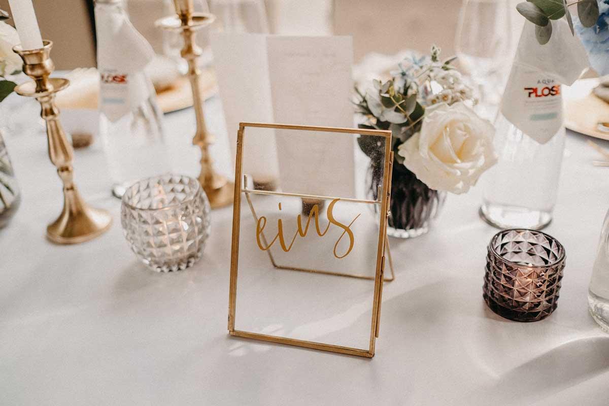 Tischnummer in Gold-Rahmen