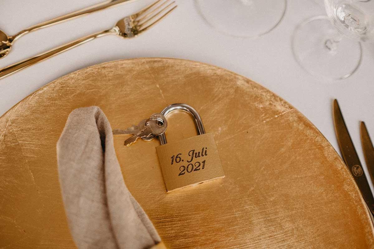 Schloss mit Hochzeitsdatum als Gastgeschenk