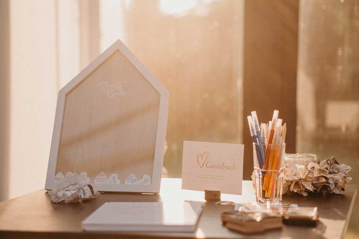 Holzherzen als Gästebuch bei der Hochzeit