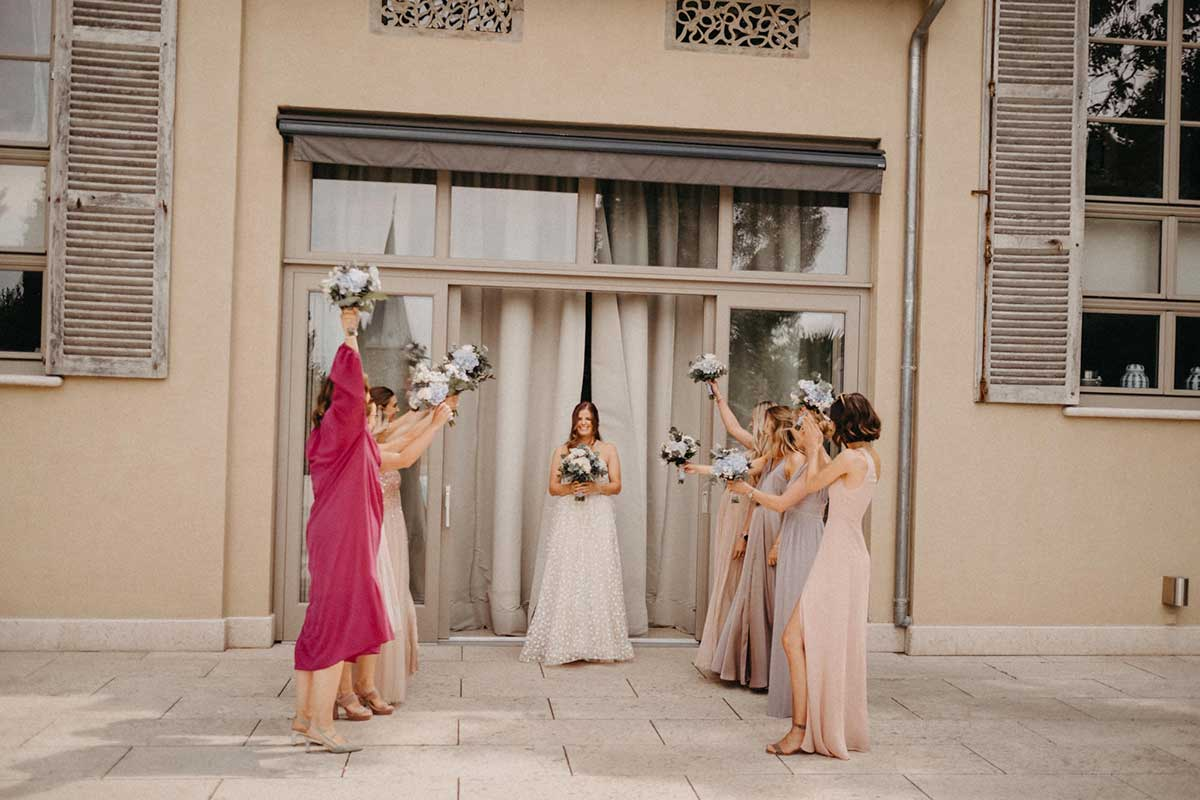 Brautjungfern empfangen Braut