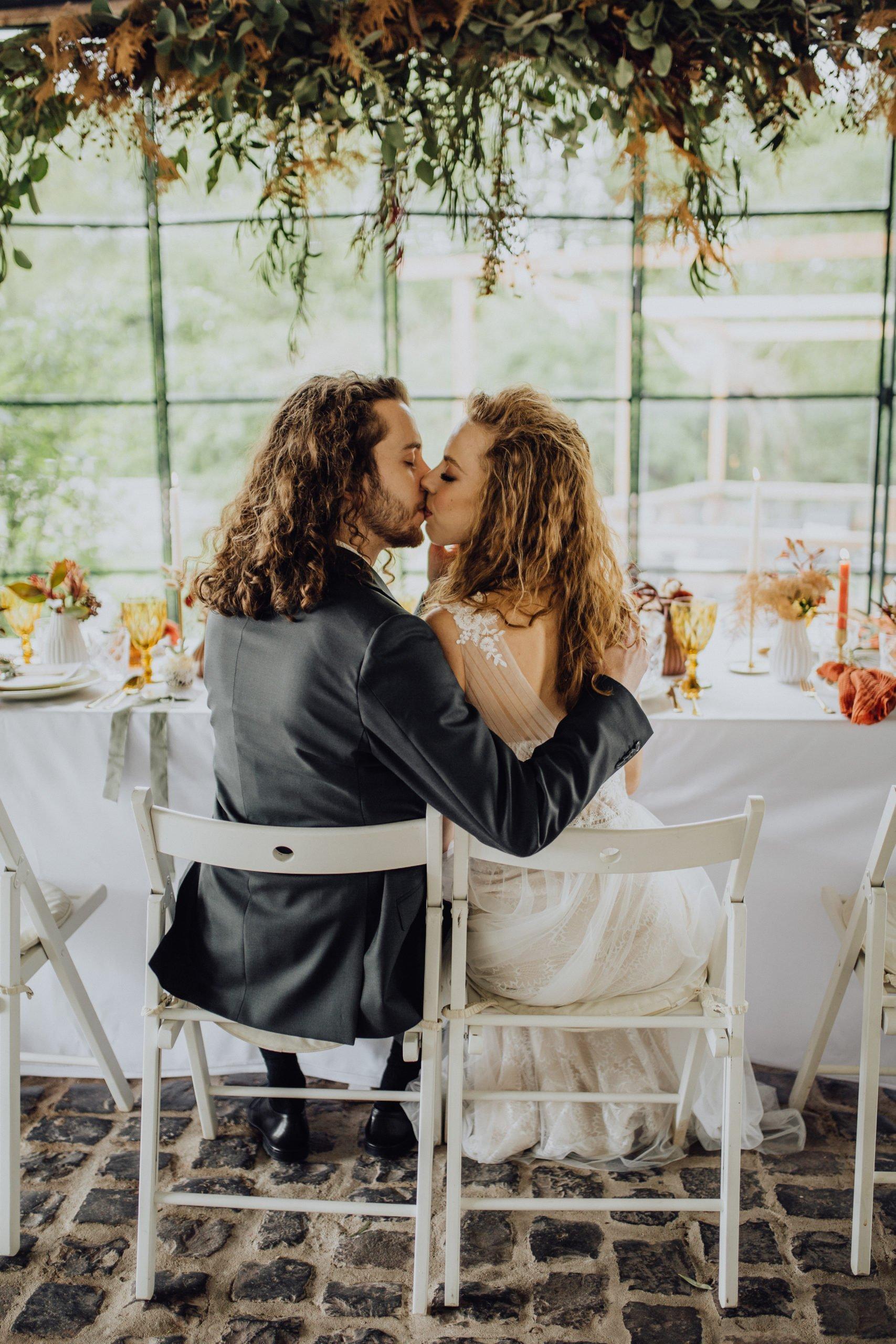 Braut und Bräutigam sitzen gemeinsam am Tisch