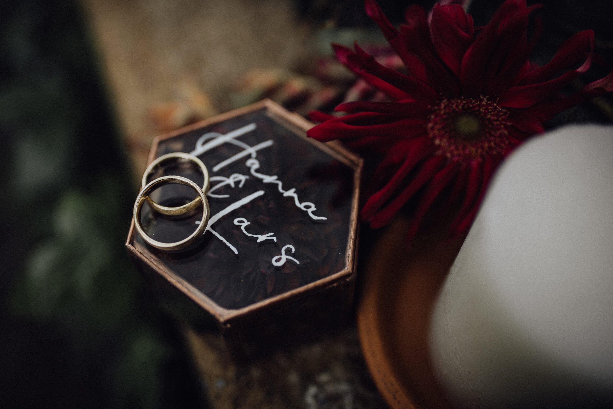 Eheringe liegen auf personalisierten Ringkästchen