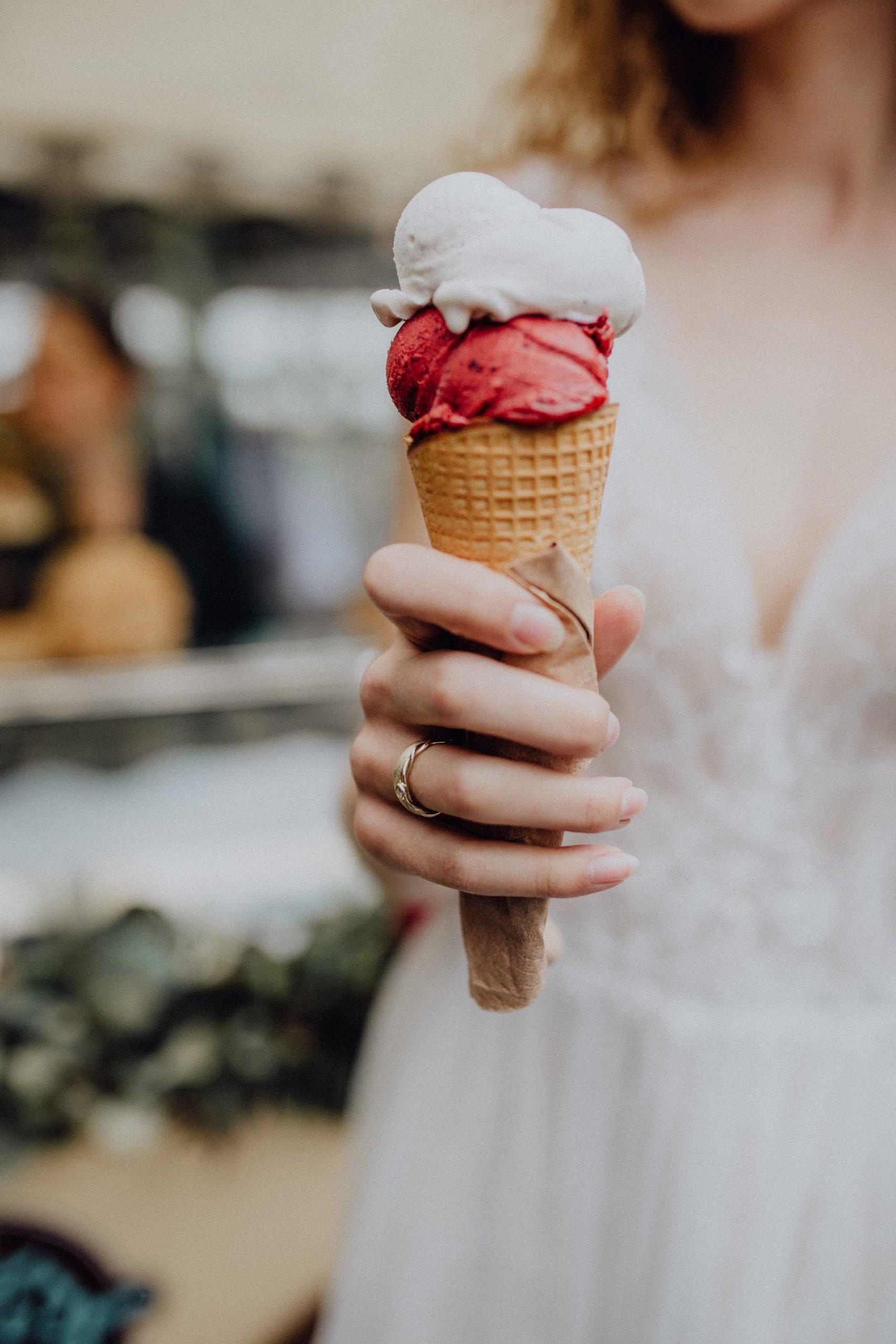 Braut hält Eis