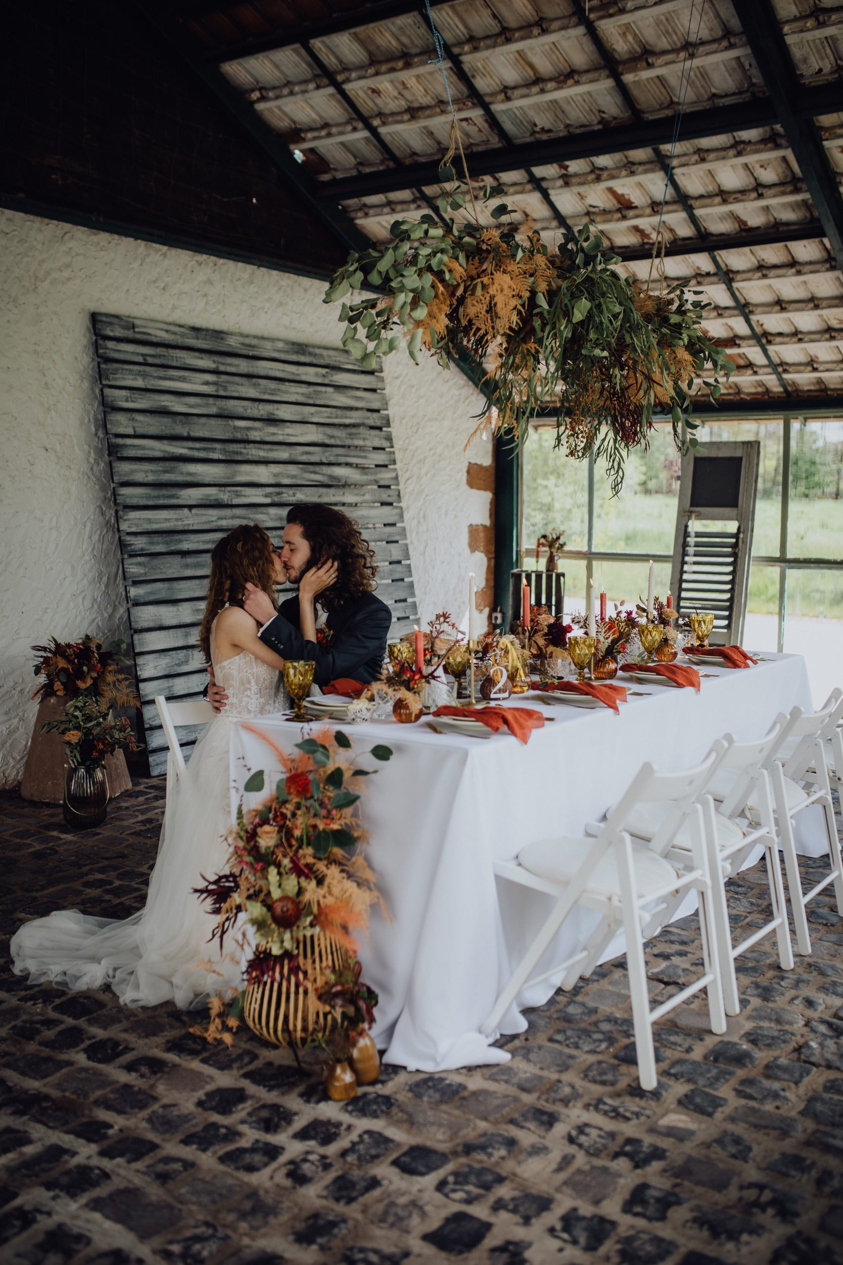 Brautpaar sitzt am gedeckten Tisch